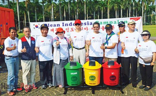 자총인니지부 현상범 회장은 자카르타 주정부 환경부 모나스 담당자에게 쓰레기 통을 전달하고 있다.