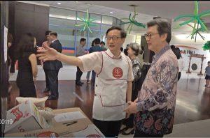 김창범 대사(오른쪽)는 한인포스트 대표로부터 사랑의전화 현황을 듣고 있다.