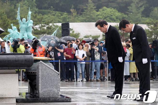 이낙연 국무총리가 18일 광주 국립 5.18민주묘지에서 열린 제38주년 5.18 민주화 운동 기념식에 참석해 분향 후 묵념하고 있다. 뉴스1