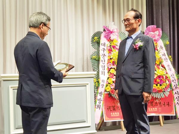 김준규 시인(오른쪽)이 계간 「문장」의 신인 문학상 수상자로 선정되어 수상받고 있다.