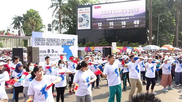 인도네시아한국문화원 코리아서포터즈 50명은 아시안게임 개막 12일 전 전광판 앞에서 발대식을 갖고 있다.사진.아시안게임 특별취재반