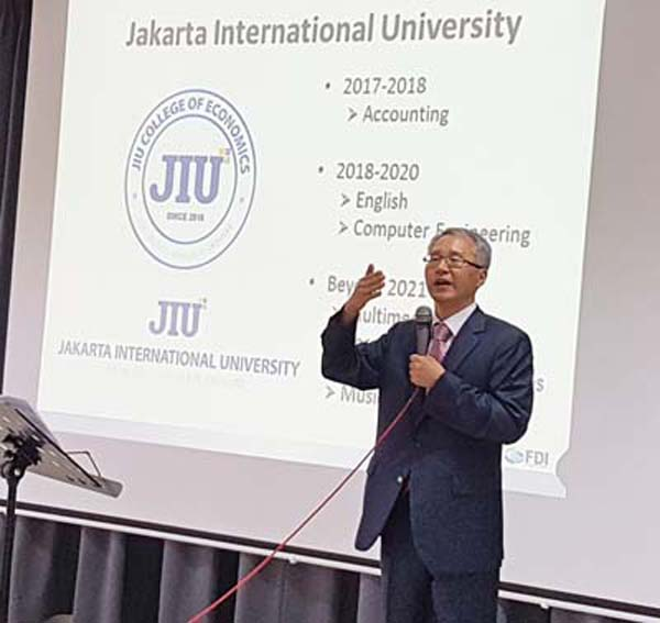 이용규 교수는 지난 2017년 3월 7일 델타마스에서 열린 한국교육단지 K-eduplex 준공식에서 JAKARTA INTERNATIONAL UNIV에 대한 청사진을 발표하고 있다