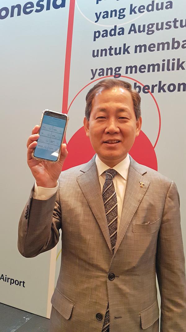 bbb 인도네시아 프로젝트 출범식에서 김인철 bbb 코레아 김인철 회장이 핸드폰에 앱을 선보이고 있다.