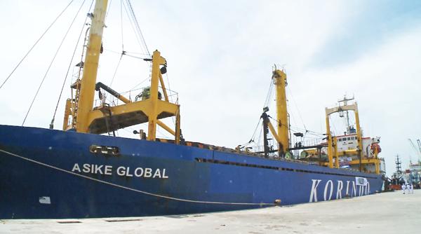합판 110,000장을 실은 KORINDO 화물선이 빨루시 빤토로안(pantoloan) 항구에 접안하고 있다.