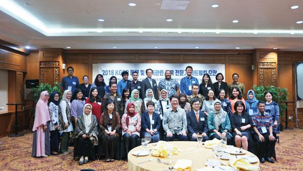 인도네시아 고등교육부 관계자는 물론, 대사관의 선발 및 추천을 거쳐 정부초청 장학생으로 선발되어 한국에 다녀온 유학생과 한국관련 교육전문가 네트워킹이 열리고 있다.