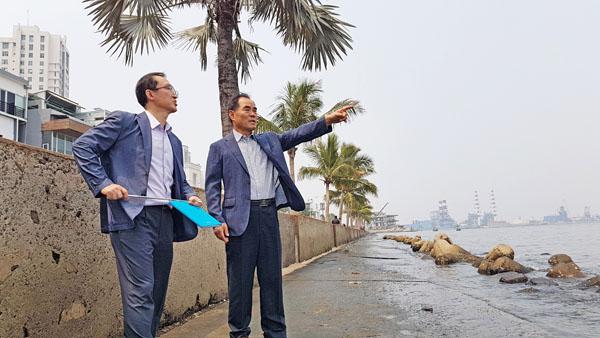 한국농어촌공사 김인식 사장은 JAKARTA 북부연안 안쫄바닷가를 찾아 수도권 해안종합개발사업(NCICD) 위치를 가르키고 있다.