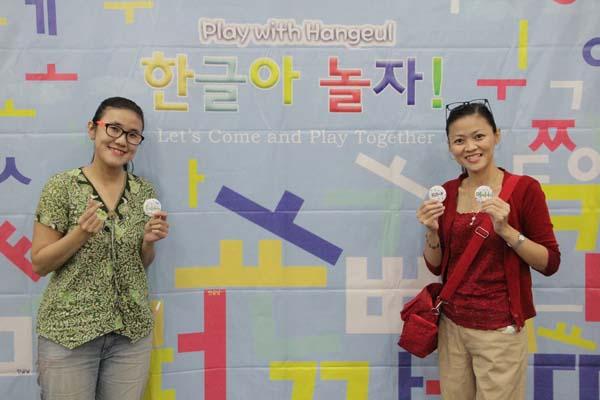 한글날 기념촬영 중인 참가자 모습