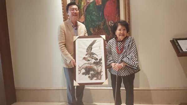 '독립운동 망명객' 장윤원 선생의 며느리이자 차남 장순일 총장의 아내인 고슈푸안 여사(Ibu Kho Siok Pwan 92세)가 직접 그린 그림을 9월 15일 김창범 대사에게 선물하고 있다. 사진 한인포스트