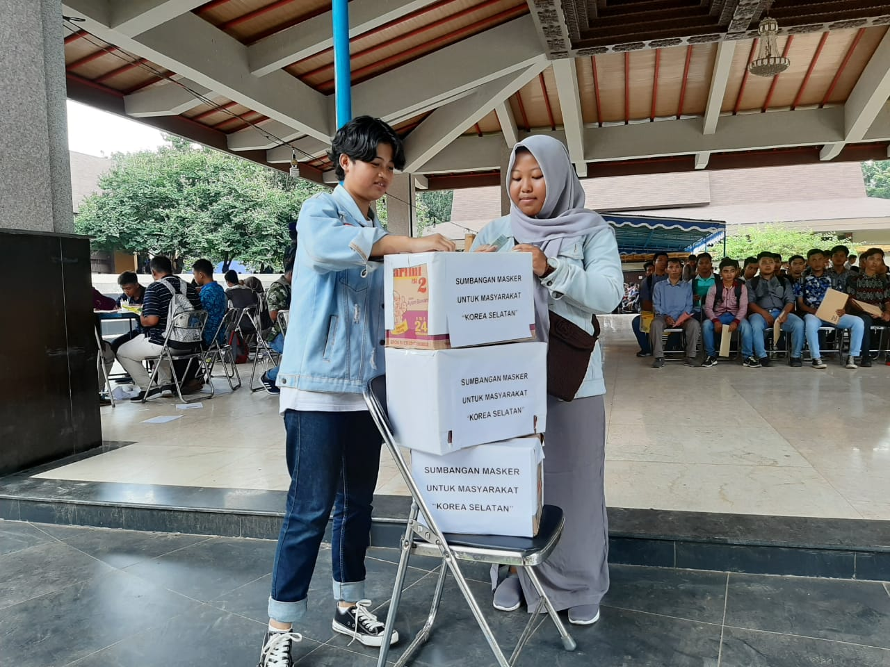 한국 근로자(TKI) 지망생의 한국을 돕자는 모금함이 3단으로 쌓여있다.