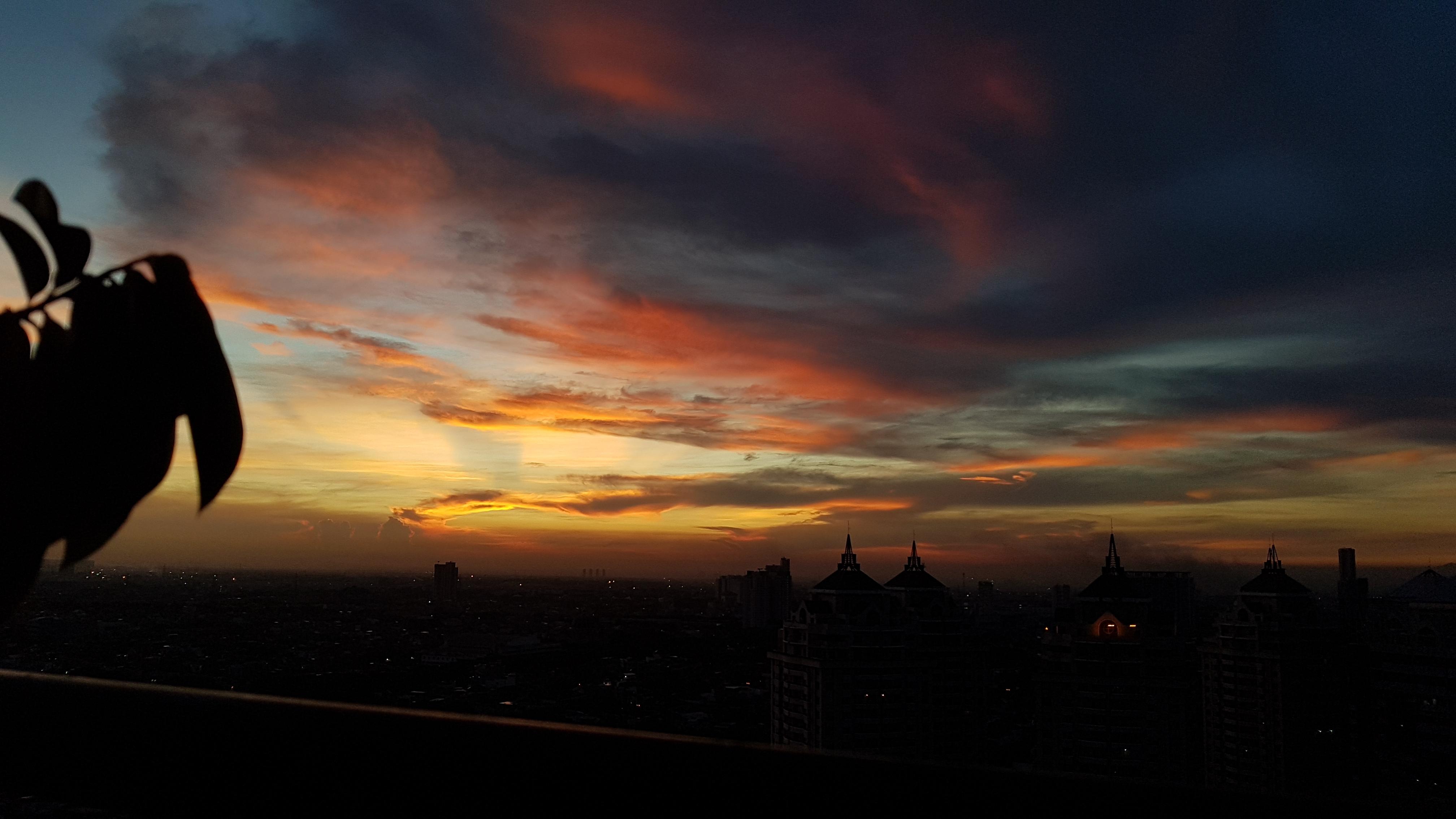 자카르타 PSBB기간 동쪽하늘에 펼쳐지는 일출 전경.