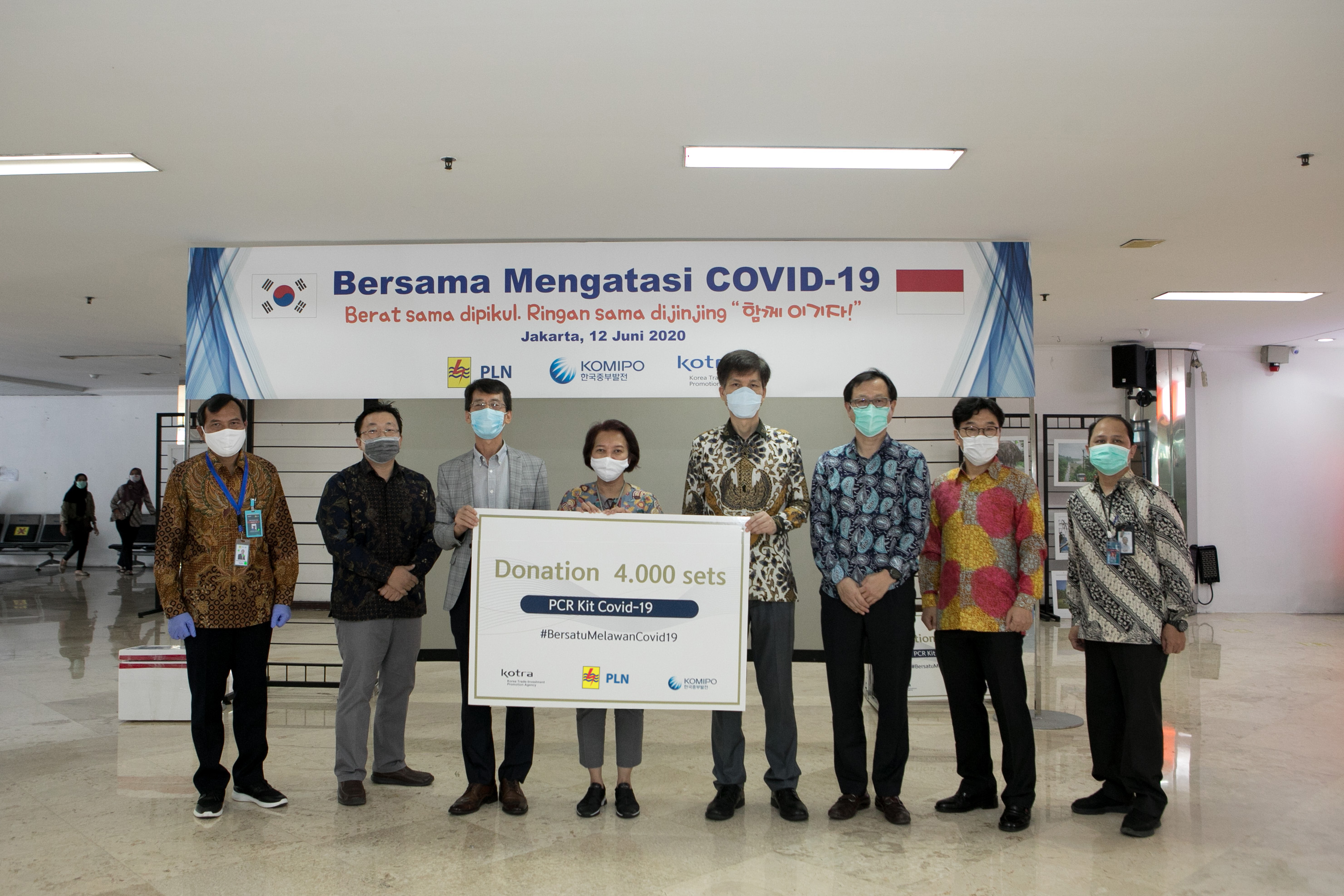 지난 6월12일 한국중부발전(KOMIPO)은 코로나19로 어려움을 겪고 있는 인도네시아와 공동 극복 노력 취지로 인도네시아 전력청(PLN)에 진단키트 약 4,000명분을 기부하고 있다. 참석자 인니 전력청(PLN) Syofvi F. Roekman(Human Capital and Management Director), 인니 중부발전 이덕섭 법인장, 백남희 이사, 소광우 이사, KOTRA 자카르타 무역관 이종윤 관장, 이창현 부관장