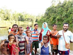 사진 2 이동진료를 마치고 돌아가는 클리닉 아시끼의          의료진을 배웅하는 Kapoho 주민들