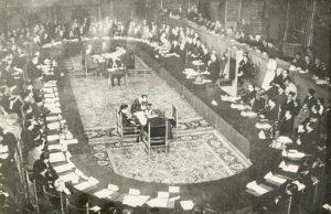 네덜란드는 1949년 원탁회의(Konferensi Meja Bundar-KMB)에서 인도네시아 주권을 인정하는 대신 식민지 부채 11억3000만 달러도 상속시켰다.