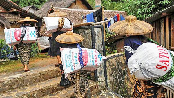 바두이 당카(Baduy Dangka) 주민들이 생활용품을 조달하고 있다.
